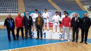 136 karateci madalya için ter döktü