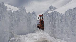 Bahçesaray karayolun karla mücadele devam ediyor