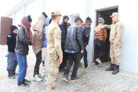 Mehmetçik'ten göçmenlere şefkat eli