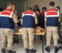 Mehmetçik'ten kaçak göçmenlere şefkat eli