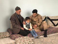 Mehmetçik, şehit ailelerini yalnız bırakmıyor