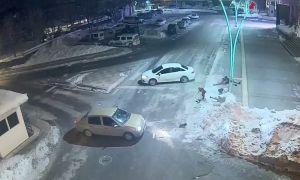 Otomobilin çarptığı kadın, kucağındaki çocukla metrelerce yükseğe fırladı