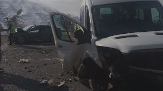 Otomobille minibüs çarpıştı: 14 yaralı