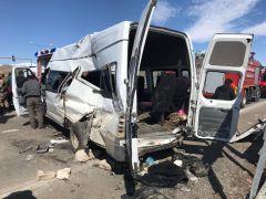 Polisleri taşıyan araçla yolcu minibüsü çarpıştı: 2 ölü, 15 yaralı