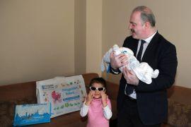 Yeni doğan bebeklerin ilk hediyeleri Başkan Özgökçe'den