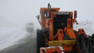 3 rakımlı Karapet Geçidi'nde karla mücadele