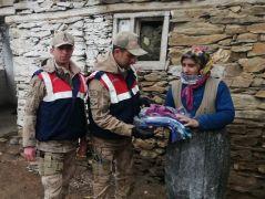 Jandarma ekipleri kapı kapı mutluluk dağıtıyor