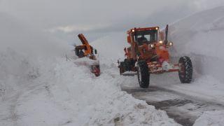 Karayolları ekiplerinin zorlu şartlarda karla mücadele çalışması