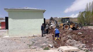 30 yıllık okul ilk kez kanalizasyon hattına kavuştu