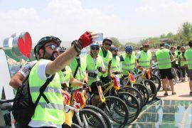 Bisikletli İranlı turistler Van turlarını tamamladılar