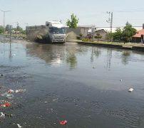 Erciş-Ağrı kara yolunu çöp ve su bastı