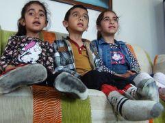Kas hastası olan üç çocuğuna tek başına bakıyor