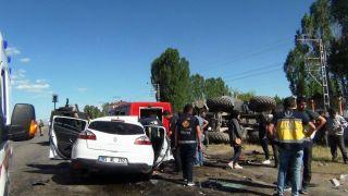 Otomobille iş makinesi çarpıştı: 3 ölü, 6 yaralı