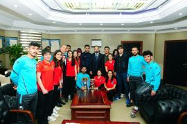 YYÜ sporcuları kupalarını Rektör Şevli'ye verdiler
