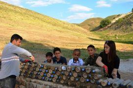 Fedakar öğretmenler pet şişe ile okul duvarı yaptı