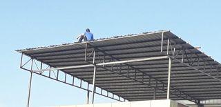 7 saat çatıda bekledi, onlarca görevliyi meşgul etti