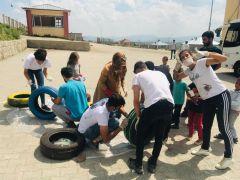 Gönüllülerle çocuklar kütüphane inşa etti