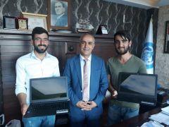 Başkan Ensari, tıp fakültesini kazanan iki öğrenciye laptop hediye etti