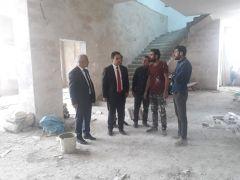 Kaymakam Dundar ile Belediye Başkanı Ensari yapımı devam eden merkez Camii inşaatında incelemelerde bulundular.