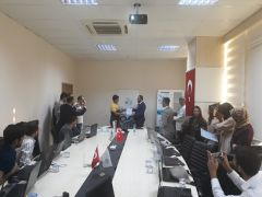 Rektör Şevli'den öğrencilere sertifika