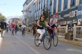 Vanlı kadınlar 'süslü kadınlar bisiklet turu' için pedal çevirdi