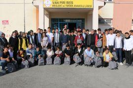 Van'da öğrencilere kırtasiye desteği