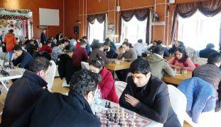 Erciş'te öğretmenler hünerlerini satranç turnuvasında gösterdi