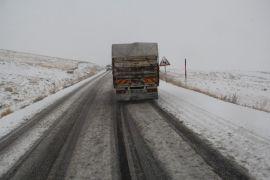 Van'da, 2730 rakımlı Güzeldere Geçidi'nde kar yağışı