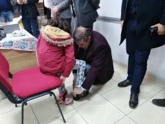 Hayırseverlerden öğrencilere ayakkabı ve mont yardımı