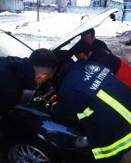 Otomobilin motor kısmına sıkışan kediyi itfaiye kurtardı