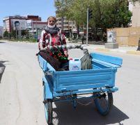 75 yaşındaki dede hamal arabasıyla sokağa çıktı
