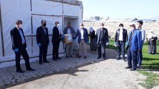 Başkan Ensari, yardıma muhtaç aileleri ziyaret edip gıda yardımında bulunuyor