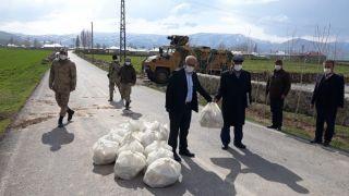 Çaldıran Belediyesi'nden karantinadaki mahalleye dezenfektan malzemesi desteği