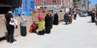 PTT önünde sosyal mesafe kuyruğu