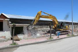Sebze halinin bitişiğindeki işyerleri yıkıldı