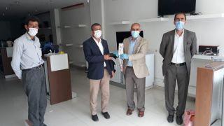 Başkan Ensari'den vatandaşa karanfil ve çöp poşeti