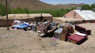 Depremle birlikte 3 çocuğuyla dışarıda kaldı