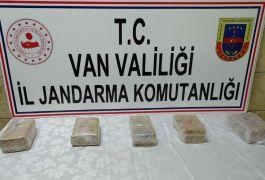 Gürpınar'da taşların arasında 3 kilo metamfetamin ele geçirildi