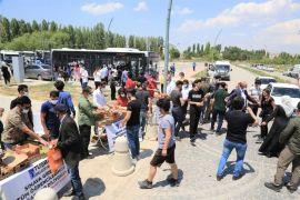 Tuşba Belediyesi'nden sınava giren öğrencilere ikram