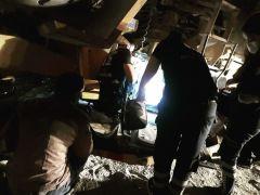 Devrilen iş makinesinin altında kalan 1 kişi yaralandı