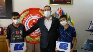 Bayrak aşığı kardeşler güvenlik korucuları tarafından ödüllendirildi