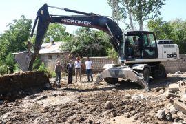 Duyarlı vatandaşlar, dar olan okulun yoluna 2 dönüm arazi hibe ettiler