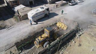 Edremit'te ahır yıkımları kararlılıkla sürüyor