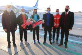 Türkiye rekortmeni İnce, çiçeklerle karşılandı