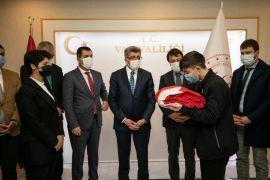 """""""Anadolu Gönül Yolu 81 Genç 81 Bayrak Projesi"""" kapsamındaki Türk bayrağı Van'a ulaştı"""