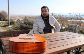 Vanlı mühendis koronadan ölen kız arkadaşı için şarkı yazıp klip çekti