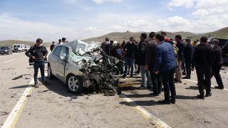 Otomobille kamyonet kafa kafaya çarpıştı: 1 ölü, 1 yaralı
