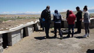 Erciş'te sokak hayvanları için alanlara mama ve su bırakıldı