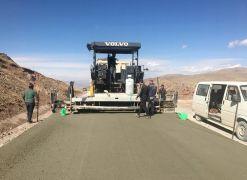 Van Büyükşehir Belediyesi Muradiye'de beton yol yapıyor